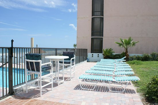 Daytona Shores Inn and Suites: Sun Decks by our Pool Area