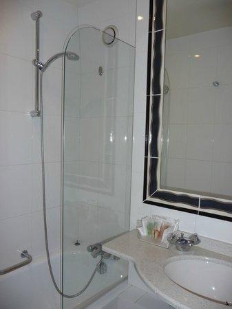 Best Western Hotel Gaillon Opera:                   banheiro do quarto 202