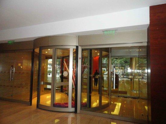 كراون بلازا هوتل بكين وانج فو جينج: Entrada del hotel 