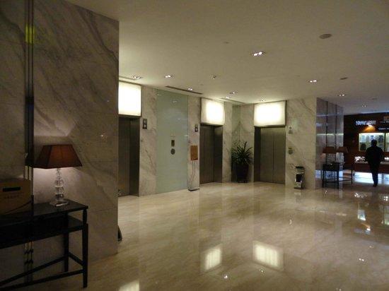 คราวน์ พลาซ่า ปักกิ่ง วังฟูจิง โฮเต็ล: Lobby de los ascensore