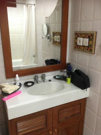 Rama Beach Resort and Villas:                   bathroom sink