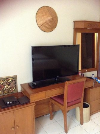 Rama Beach Resort and Villas:                   bedroom tv