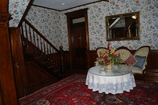 Cedar Crest Inn: eating area
