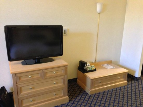 Hampton Inn & Suites San Jose: Flat screen TV, console