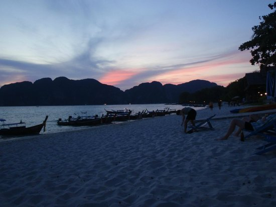 Phi Phi Long Beach Bungalow: beach at night