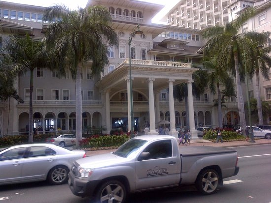 Moana Surfrider, A Westin Resort & Spa: Front Main Entrace