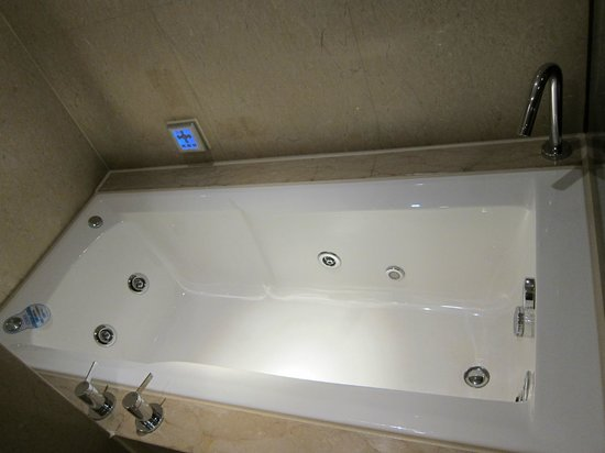 Large soaking whirlpool, built in TV and radio - Picture of
