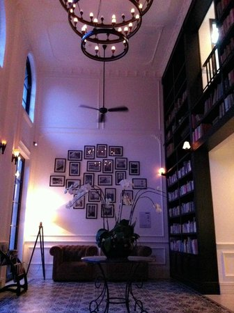 The Alcove Library Hotel: 호텔 로비