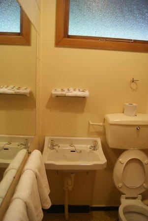 Manapouri Lakeview Motor Inn: Bathroom