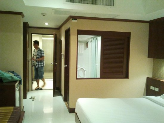 Rayaburi Hotel Patong:                   there's a window looking into the bathroom