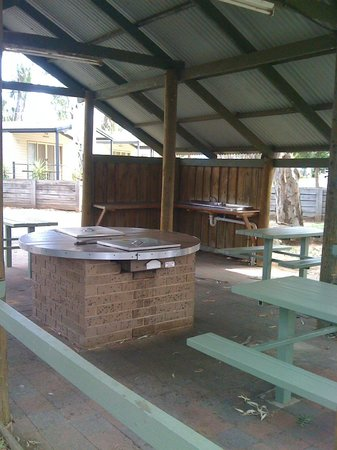 Moama Riverside Holiday & Tourist Park: The Camp Kitchen/BBQ Area