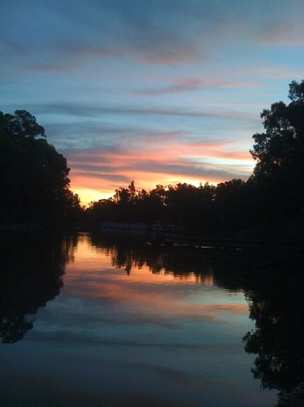 Moama Riverside Holiday & Tourist Park: A Sunset Photo from the Park