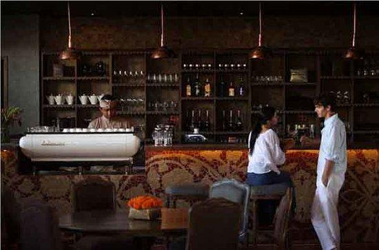 Alaya Resort Ubud: Bar at Petani restaurant