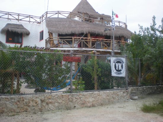 Villa los Mangles :                   The view from Calle Pampano.