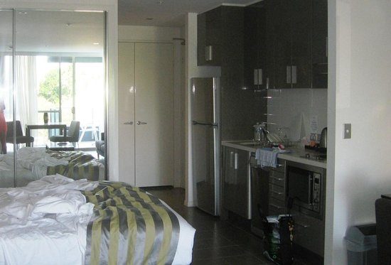 Meriton Serviced Apartments - Broadbeach:                   Studio Room: Bed/kitchen