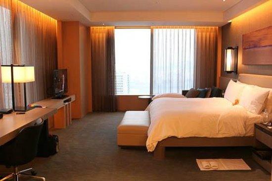 Conrad Seoul:                   Corner suite bedroom