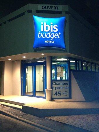 Ibis budget Cholet Centre: Notre entrée, rue des Vieux Greniers, a 30 mètres de la place Travot.