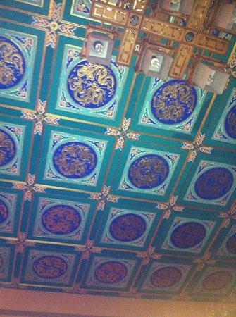 King's Joy Hotel:                   a very nice ceiling in lobby