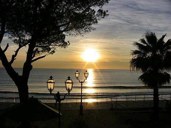 Hotel Beau Rivage: Abendblick aufs Meer