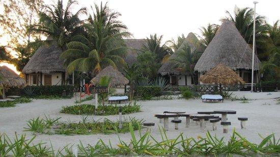 Xaloc Resort: Hotellet från stranden