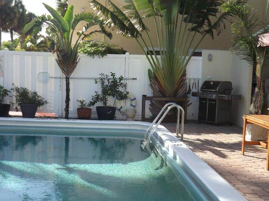 By Eddy Motel: Der Poolbereich mit super Grill