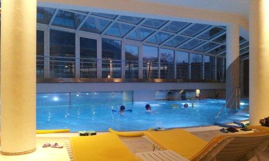 Hotel Terme Preistoriche: piscina interna di sera