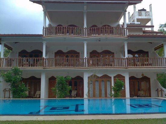Panchi Villa: vom Pool zum Hotel - Zimmerbalkone