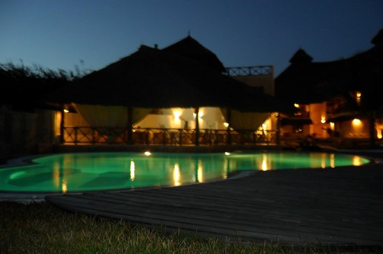 Mawe Resort: piscina la sera