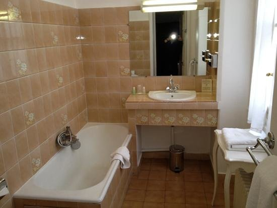 Normandy Hotel:                   bathroom