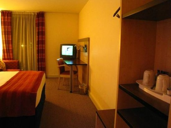 Holiday Inn Express Stansted Airport: TV and working desk.