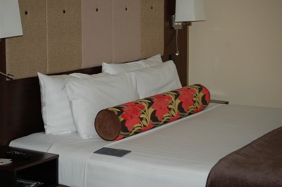 Rendezvous Hotel Auckland:                                     Bed in room
