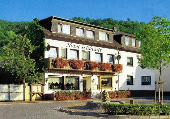 Hotel Schlaadt: Außenansicht vom Rheinufer