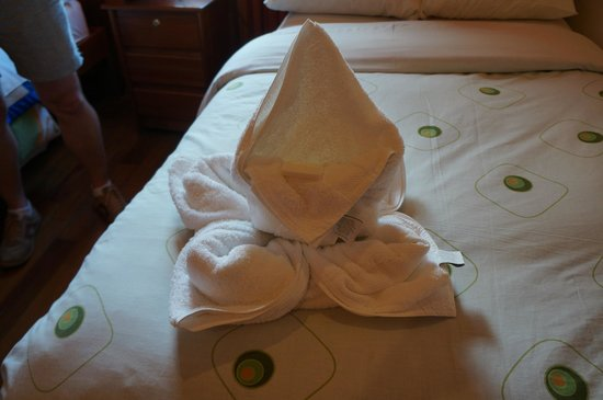 Tikawasi Valley Hotel: Fancy towel Folding