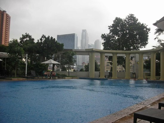 Park Hotel Clarke Quay:                   The pool in a tropical shower