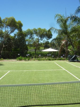 Amande Bed & Breakfast: A hit of tennis before swimming?