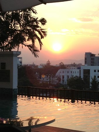 Le Meridien Chiang Mai : sunset at Le Meridien pool