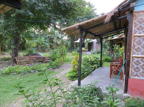 Nirvana Bungalows : Il giardino ed i bungalow