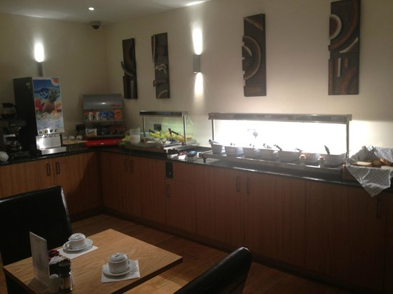 ibis Styles London Gloucester Road: Breakfast buffet was nice
