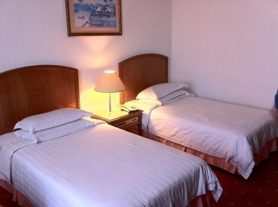Promenade Hotel: A room