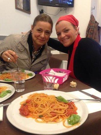 Le Figlie di Iorio: vieni a mangiare che Teresa t'accompagna per tutto il pasto...