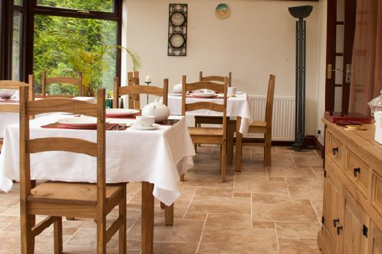 The Cedars B&B: Enjoy a hearty, full English breakfast in our light and spacious conservatory overlooking stunni