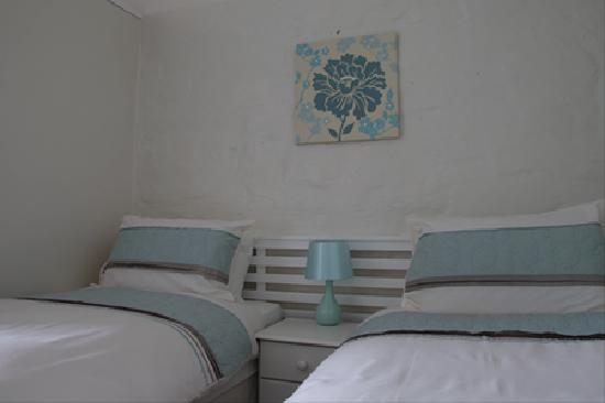 The Cedars B&B: A comfortably furnished and spacious twin bedroom with the addition of a sofa bed this room is p