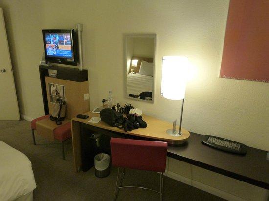 Novotel London Heathrow : TV & desk area