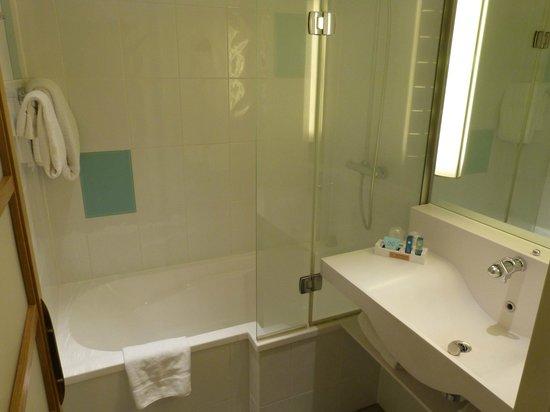 Novotel London Heathrow : bathroom...spotless
