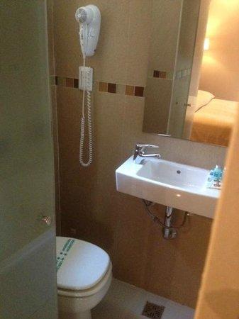 Hotel Comfort Baires: baño