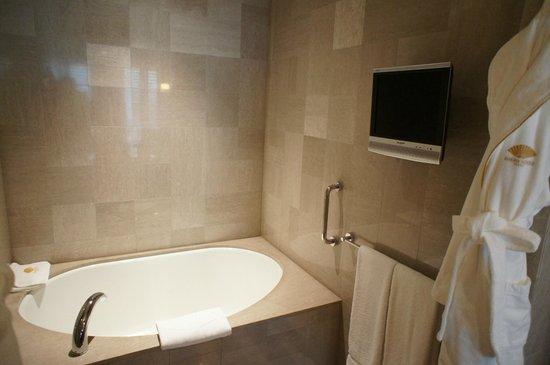 Mandarin Oriental, Tokyo: TVと枕が備わるバスルーム。