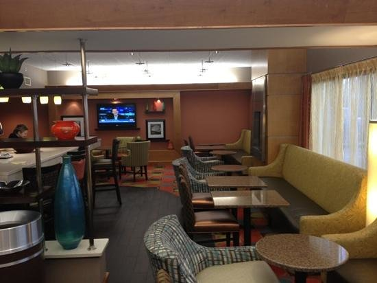 Hampton Inn Hagerstown - I-81: Very trendy and modern looking lobby and eating area!!!