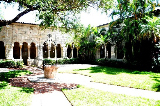 North Miami Beach, FL: Courtyard