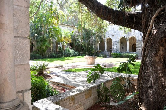 Cloisters of the Monastery of Saint Bernard de Clairvaux: Courtyard