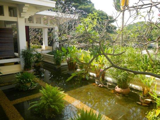 Raffles Grand Hotel d'Angkor:                   Gardens